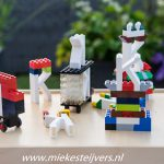 Afscheid in de tuin, spelen met LEGO.